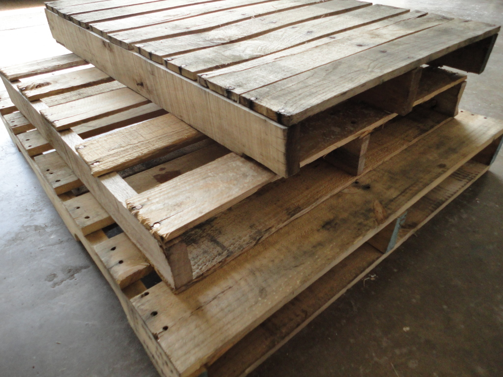Diy pallet coffee table hirerush blog for How to make a wood pallet coffee table