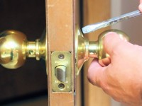 An ultimate 10-step guide to change a door knob