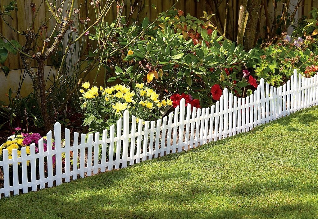 Wood fence designs and types hirerush blog for Short garden fence designs