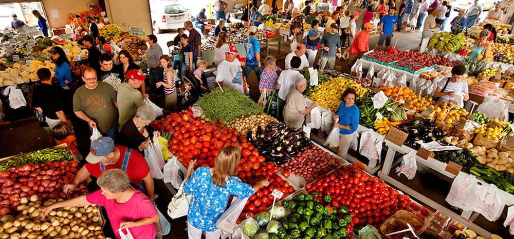 people at famrmers market to eat organic